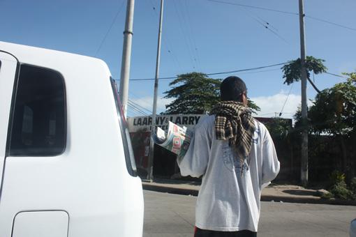 菲律宾-路边小贩也扮酷(组图) - 徐铁人 - 徐铁人的博客