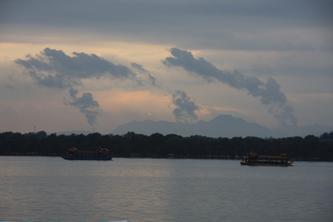 夕阳余晖洒在雨后的昆明湖上