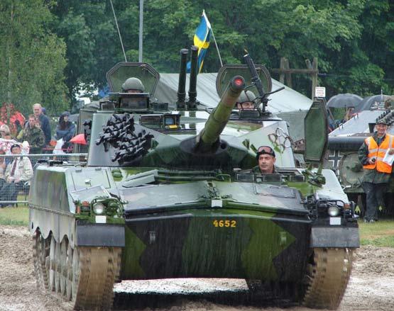 图文:进行机动演示的IKV-91轻型坦克