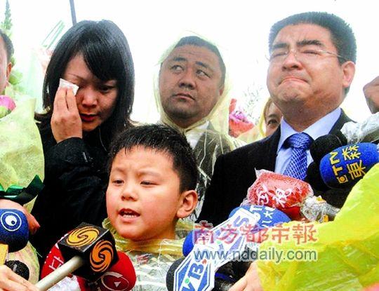 陈光标一家三口在邓丽君墓前含泪合唱《月亮代表我的心》。 陈东升 摄