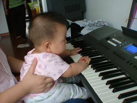6个半月的我在弹琴~~~~ - 宸欢 - 张宸欢的网家家
