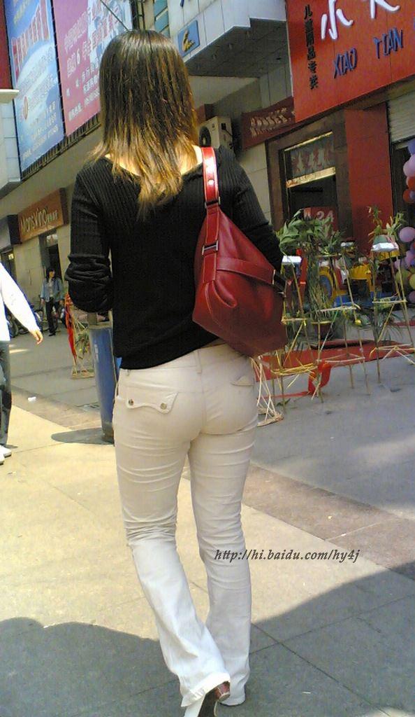 街拍白裤紧臀美女_素衫白裤紧臀10p