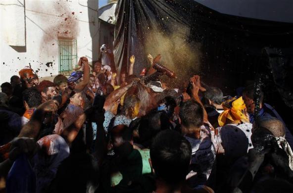 黑油抹一身的西班牙卡斯卡摩拉斯节(组图) - 刻薄嘴 - 刻薄嘴的网易博客:看世界
