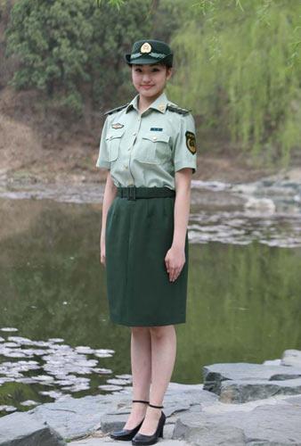 飒爽英姿 身着军装的女军人图片