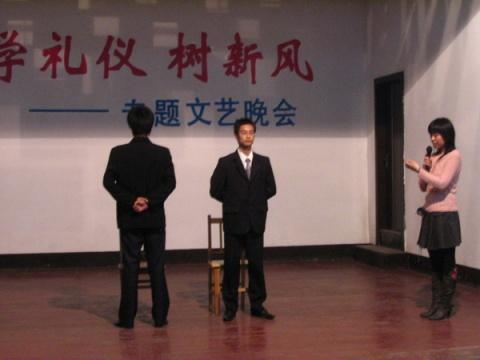 站姿坐姿走姿礼仪,男士站姿礼仪标准图,礼仪图片走姿坐姿站