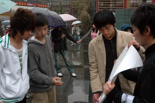 """视频:成都数百人疯狂冒雨""""定格"""" - 田金双 - 田金双的娱乐私塾"""