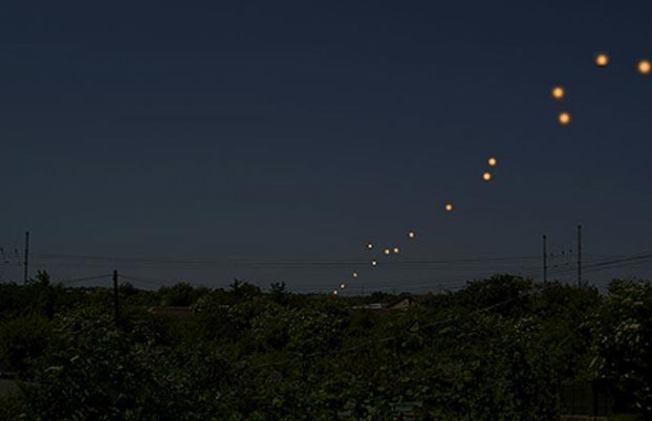 英国出现UFO编队 - 外星人给地球的忠告2012会发生?视频 - UFO外星人不明飞行物和平天使2012