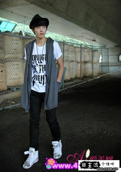 马甲+字母印图白色t恤+黑色长裤+银白色运动鞋+礼帽