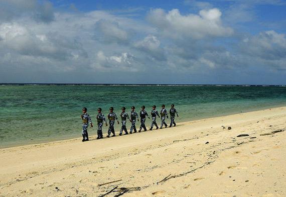 资料图:中国驻守西沙岛屿军人正在巡逻
