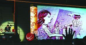 艺人用沙画演绎保险带给人们的幸福