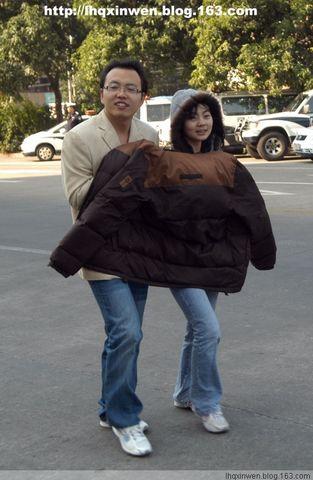 (原创)冷! 一件衣服两人穿(图) - 羊群 - 一群团结友爱的羊
