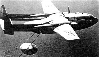"""美国使用C-119型飞机在空中回收""""日冕""""卫星胶片容器"""