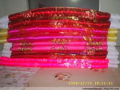 Y2XmnKzojYnnmb3oirfpu5HlpLTlh4Doho8=_绸缎棉被和缎袄