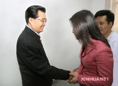 """""""领导和明星""""与艾滋病人亲密接触 - 老刘说天下事 - 未来水世界"""