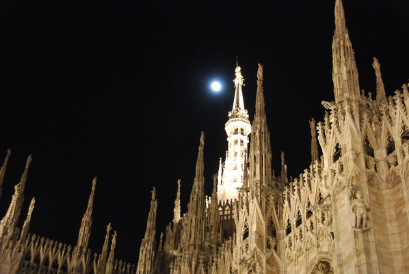 被时装和月光包围的米兰大教堂是啥样? - 行走40国 - 行走40国的博客