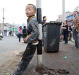 """内外看中国(1)武汉男童被父亲锁在灯柱上""""叫卖"""""""