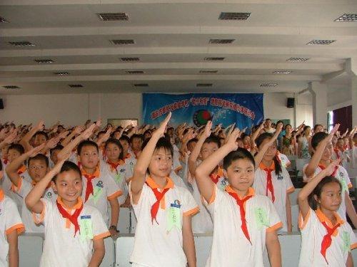 少先队员正确的敬礼方式-升国旗时,中国人请勿行 摸心礼