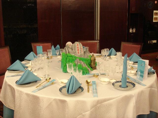 中餐宴会摆台是各省下的功夫最多的一个项目,富有创意的台面设计,成套