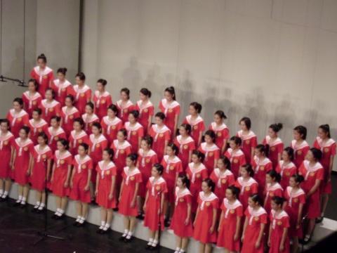 小榄榄菊女子合唱团,后排的三胞胎把队形拉成w型图片