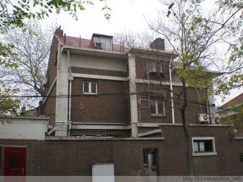 该建筑为砖木结构二层楼房(局部三层),红瓦坡顶,清水砖墙,建筑立面呈图片