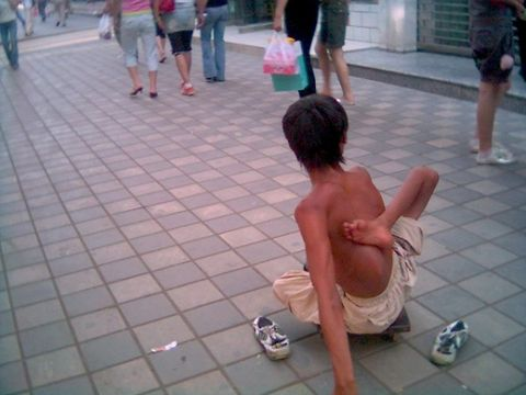 残疾儿童沿街乞讨