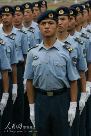 07式军服掠影 女兵更妩媚男兵更威猛 组图图片