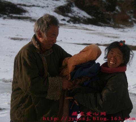 冰雪中舀水的一家 - 藏东爱心网 - 藏东爱心网