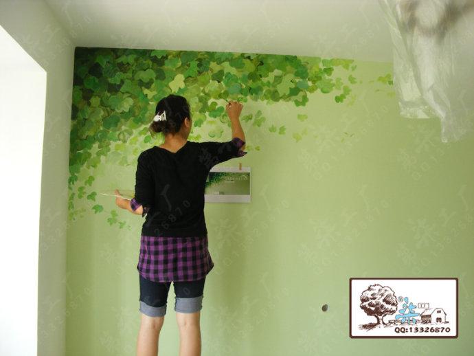 淡绿色的墙体一角长出磬心的绿色藤蔓