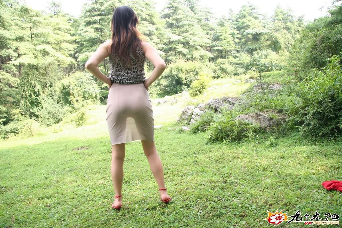 【转载】超薄短裙美女草地自拍,透出内裤! - lsnr888 - 穿丝袜的男人的博客