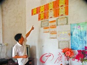 姚泳光最满意的是女儿在家上学后,回到学校考试还能得奖状。