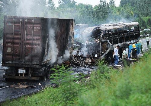 长春,2010年9月3日 吉林客货车相撞事故已造成16人死亡 9月3日,有关人员在事故现场察看。 当日14时50分,在吉林省境内的长平高速164公里+100米处,发生一起客货车相撞事故,目前已造成16人死亡。据介绍,事故发生时,一辆从哈尔滨方向驶来的山东籍的大型卧铺客车,突然穿越隔离带,撞上对面车道行驶的一辆轿车尾部,后与一辆辽宁籍的厢式货车正面相撞,并起火。目前,伤者已经送往医院接受救治,事故原因正在进一步调查中。 新华社记者 肖潇 摄