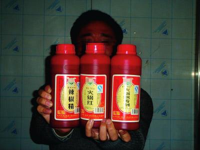 南京市场上的辣椒精、火锅红、飘香剂。  陈郁 摄
