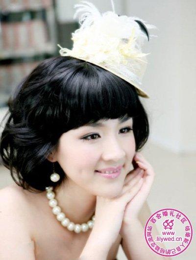 白色羽毛小礼帽将新娘的俏皮可爱表露出来,适合时尚娇俏新娘
