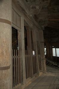 木塔二层立柱已经倾斜