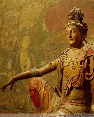 辽代观音雕像 希腊风格。现藏密苏里州堪萨斯市Nelson-Atkins 艺术博物馆 我国大量艺术文物流失境外,例如国内各大博物馆均无宋代木雕佛像精品。这件现藏美国的辽宋时代的彩绘木雕水月观音像,是我见到最美好的之一。 水月观音在早期佛教经典中并无出处,是佛教与中国本土文化融合而产生。通常是坐在岩石或莲花座上,以右腿支起,左腿下垂,右臂放在右膝上姿势观看水中之月,以譬喻佛法色空的义理。自中唐周方创画之后,晚唐与五代时期水月观音像已在各地寺院壁画中能够见到,为有胡须的男性形象,如现藏法国卢浮宫的敦煌千佛洞中