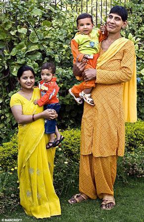印度妇女生下小巨人 10个月身高近1米