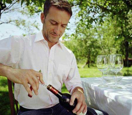 """葡萄酒瓶塞开启法则 """"红白""""有别(图) - 天天 - 购红酒"""
