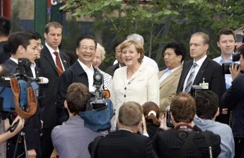 国家领导人向德国领导人介绍太极柔力球项目图片