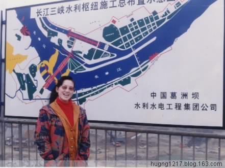 1996年4月我在中宝岛上留影,身后的三峡水电站正在进行基坑开挖.