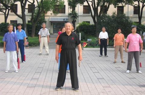 男人穿一带式布鞋