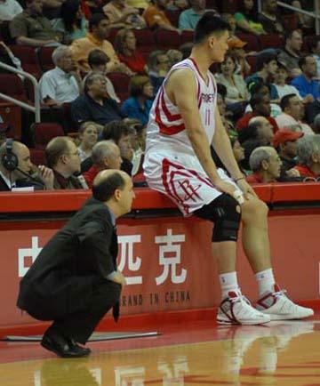 图文:[NBA]火箭VS魔术 姚明与范帅场边观战