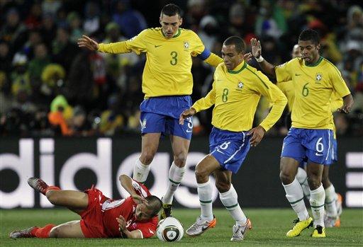 图文-[小组赛]巴西VS朝鲜三人才把他撂倒
