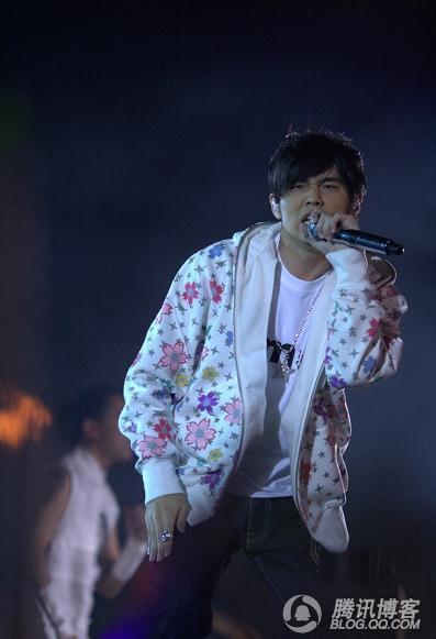 劉歡唱的是首老歌《彎彎的月亮》很好聽.