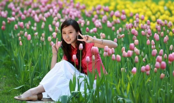 谭元元,一个美丽优雅到了极致的女子,图片中的芭蕾舞者是谭元元,她是如此的轻盈、空灵、柔美,我误以为是天使降临人间,而她似乎伸手就可以触摸到天堂。或许像舞者所说的那样,舞步超越语言,跳出世界万千。 - 唐萧 - 唐萧博客