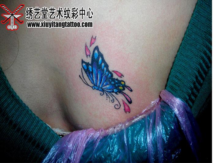 美女的胸前有一只蝴蝶纹身 - 北京纹身绣艺堂纹身刺青 - 北京纹身绣艺堂纹身刺青