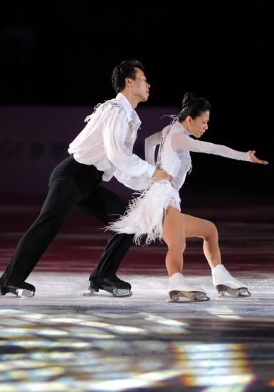 图文-申雪/赵宏博冰上浪漫婚典夫妻双双把冰滑
