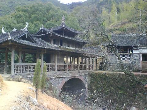 阁楼,皆飞檐翘角,屋脊中有葫芦顶,造型丰富优美.与其他廊桥不