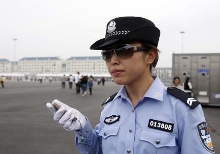 """网友眼中""""最具气质女警""""刘娟在执勤。 早报世博记者 赵昀 图"""