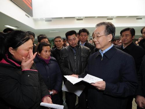 温家宝到国家信访局接见来访群众 听取工作意见 - 深度报道 - 中国深度报道