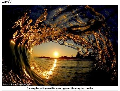 冲浪摄影师冒死深入巨浪内 拍摄奇观 转 - 天外飞熊 - 天外飞熊